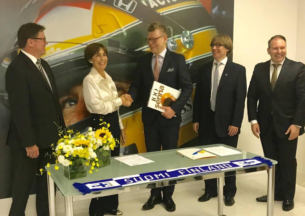 Assinando um contrato com o Instituto Ayrton Senna. Na foto (e-d): Markku Virri (Embaixador da Finlândia), Viviane Senna (Diretora, IAS), Riku Alkio (CEO, Seppo), Pasi Loman (CEO, Vikings of Brazil) e Emilio Munaro (Diretor relações internacionais, IAS).